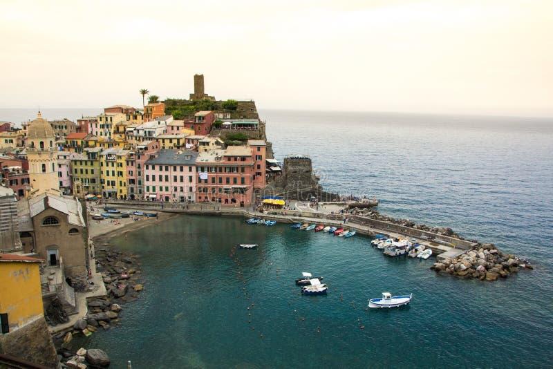 Piękny miasteczko Vernazza w Cinque Terre parku narodowym Widok na Castello Doria stary forteca i wierza obraz stock