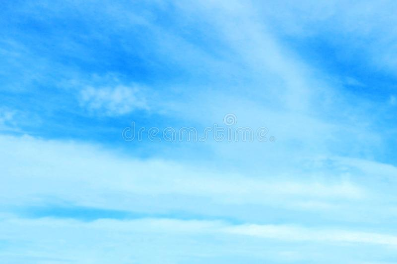 Piękny niebieskie niebo z białym puszystym chmury tłem obraz royalty free