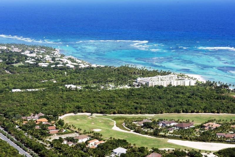 Piękny odgórny widok: turkusowy morze karaibskie, piaskowata plaża, palmowy gaj, hotele na jaskrawym słonecznym dniu zdjęcie royalty free