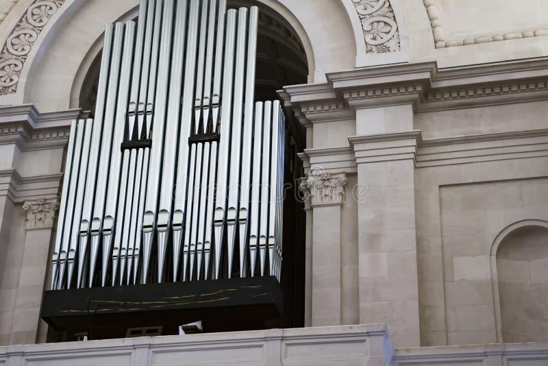 Piękny organ lokalizuje w niszie kościół katolicki kosmos kopii fotografia stock