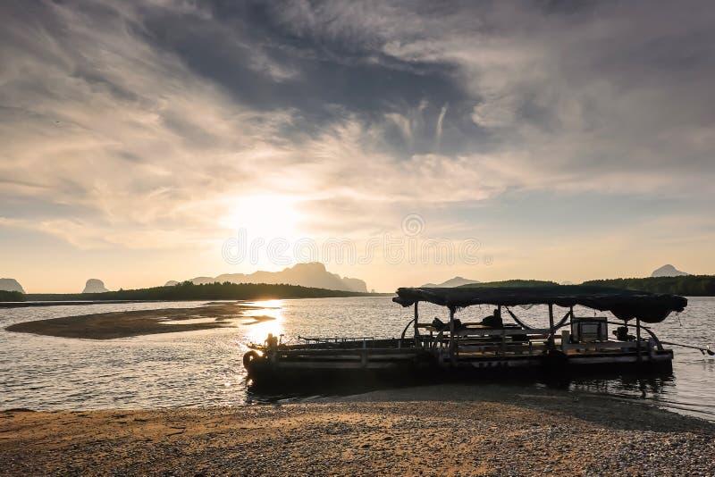 Piękny płonie wschód słońca krajobraz przy czarną górą nad pomarańcze niebo z wspaniałego słońca złotym odbiciem na spokojnym mor zdjęcia royalty free