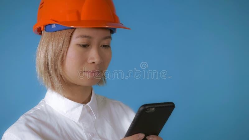 Piękny pracownik w mundurze texting na wiszącej ozdobie fotografia royalty free