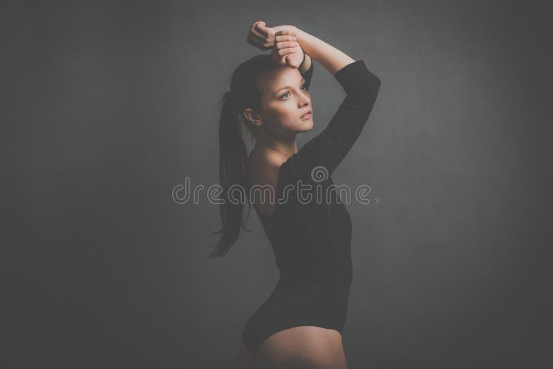Piękny przeciw popielatemu tłu, młoda kobieta obrazy royalty free