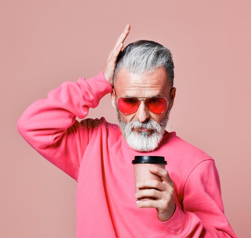 Piękny starszy mężczyzna brodaty w Bożenarodzeniowym pulowerze Święty Mikołaj życzy wesoło boże narodzenia obraz stock