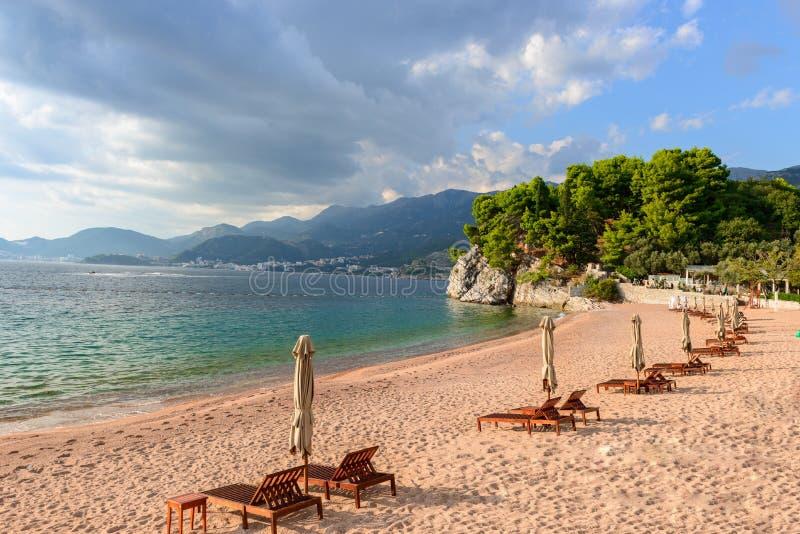piękny widok morza Niebieskie niebo z chmurami i turkus wodą Reklama obraz royalty free