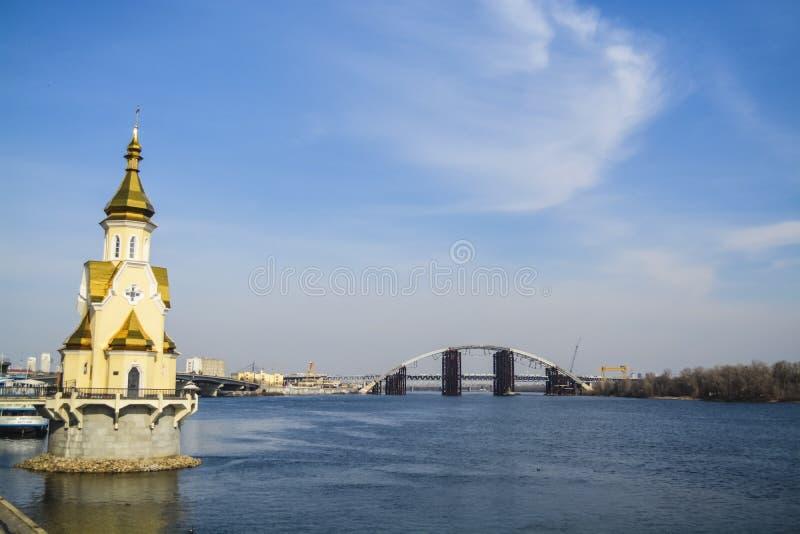 Piękny widok rzeka Kijów i, Ukraina pogodna dzień wiosna Mosty i miasto architektura kościół woda Krajobraz zdjęcia stock