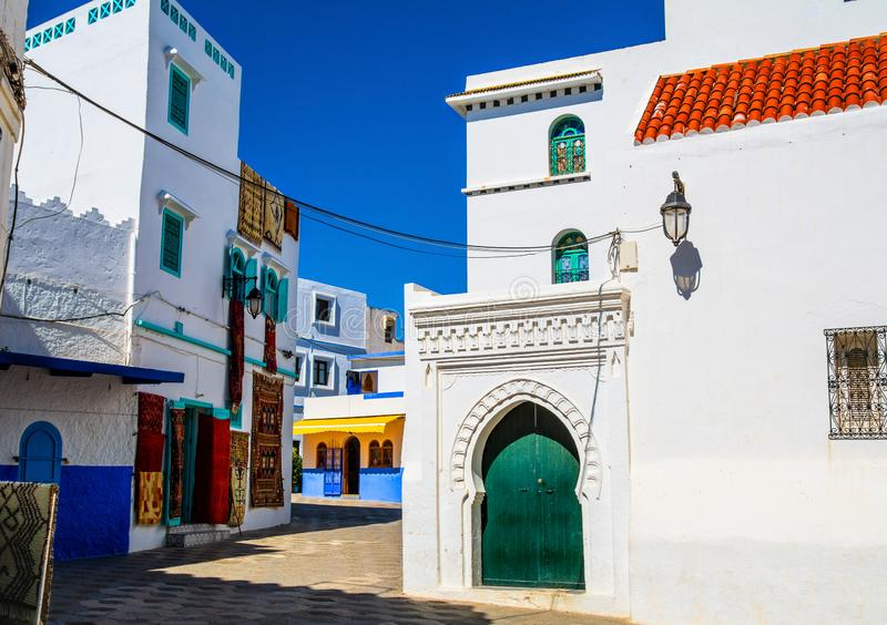 Piękny widok ulica z typową arabską architekturą w Asilah Lokacja: Asilah, Północny Maroko, Afryka Artystyczny obrazek zdjęcie stock