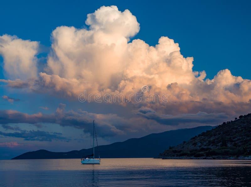 Piękny zmierzch i jachty w Ionian morzu na wyspie Kefalonia w Grecja obraz royalty free