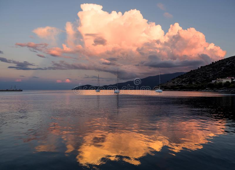 Piękny zmierzch i jachty w Ionian morzu na wyspie Kefalonia w Grecja zdjęcia stock