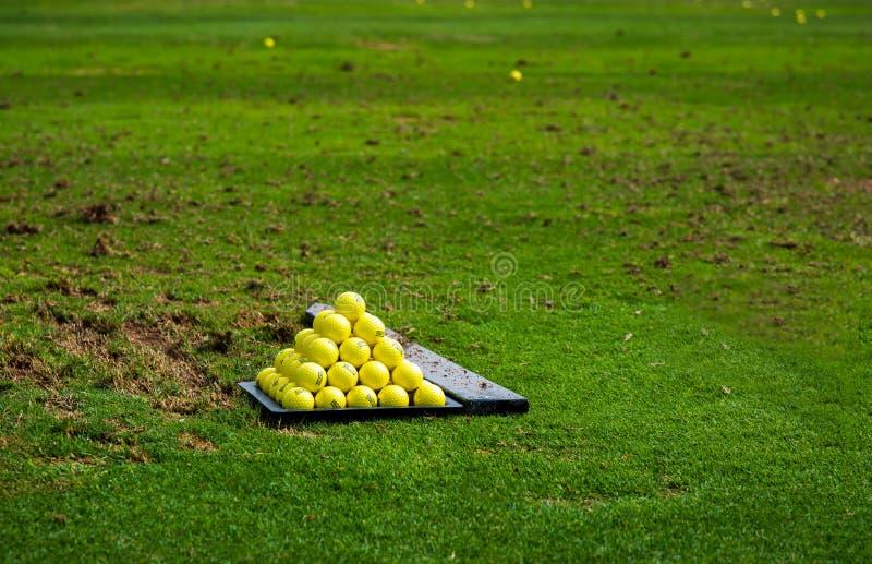 Piłki na polu golfowym rozkazywać dla praktyki zdjęcie stock