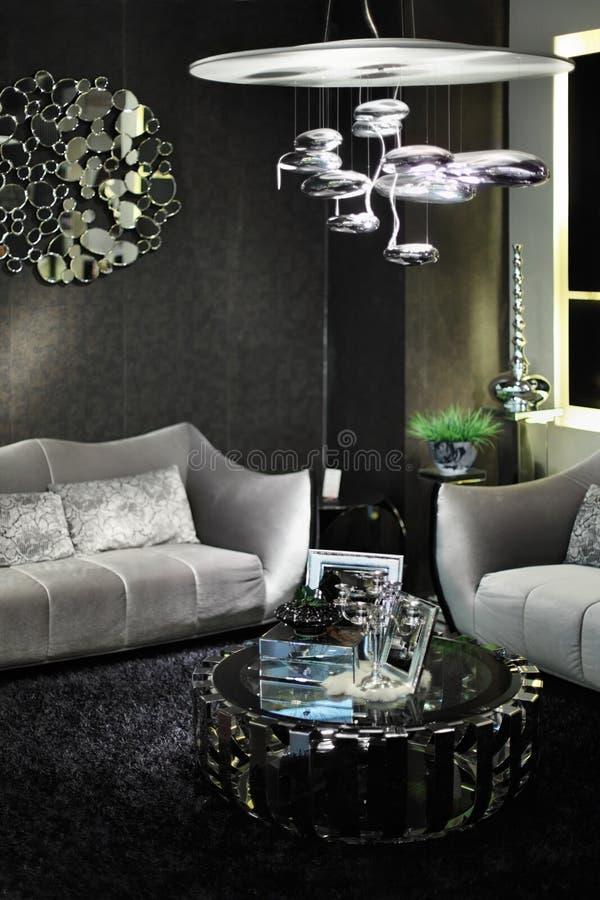 Pièce élégante avec les sofas et la table ronde de revue image stock