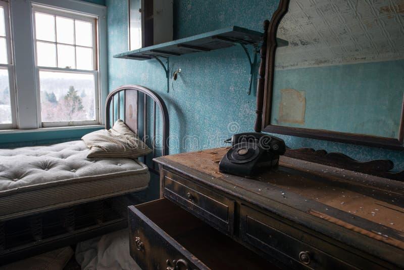 Pièce abandonnée avec un vieux téléphone et raboteuse photo libre de droits