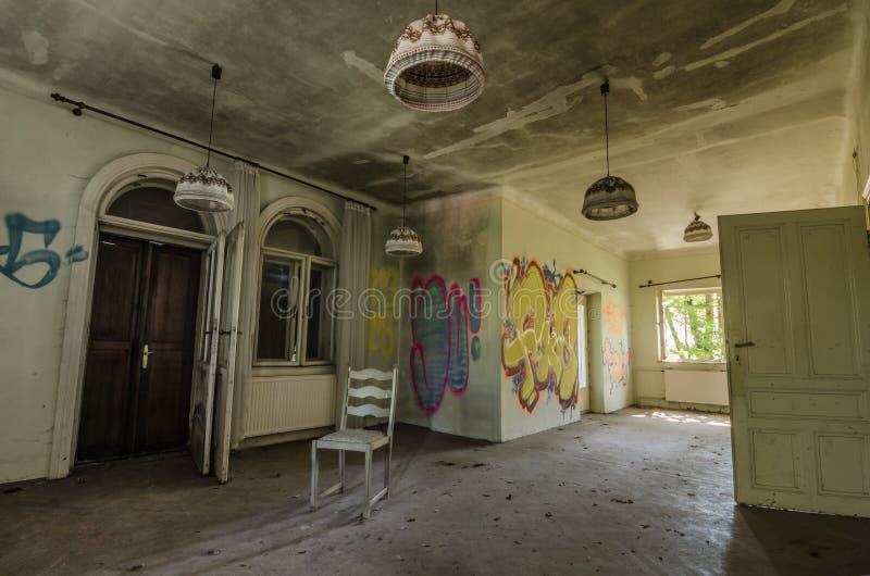 pièce abandonnée d'une villa photos stock