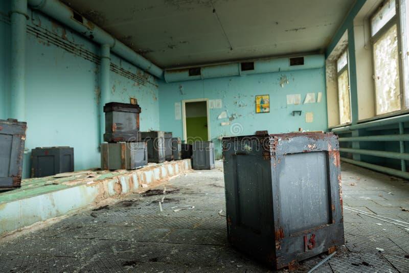 Pièce abandonnée et malpropre dans le bureau de poste de Pripyat photo stock