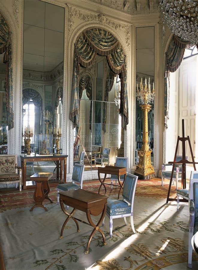 Pièce avec de grands miroirs au palais de Versailles photographie stock libre de droits