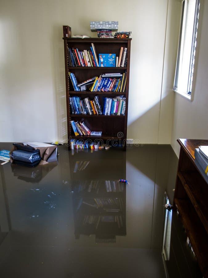 Pièce avec de l'eau des eaux d'inondation images libres de droits
