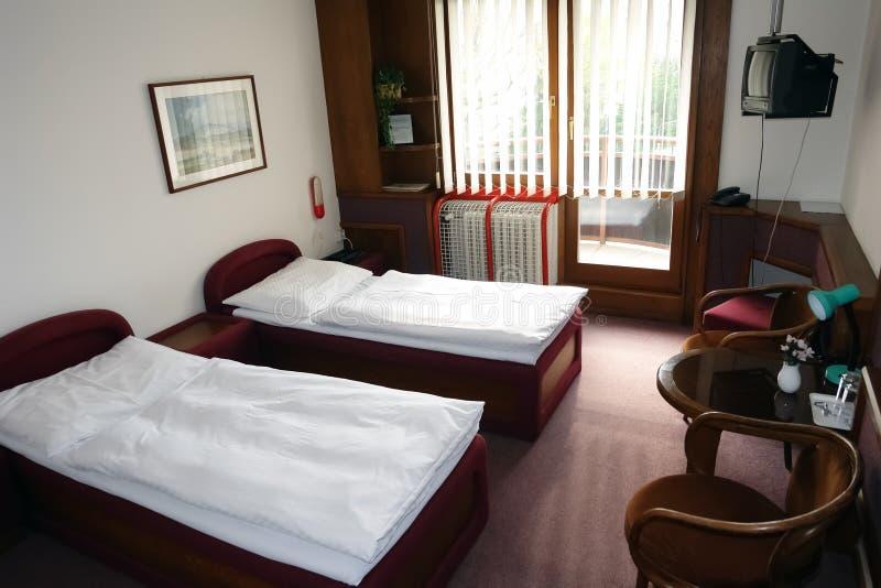 Pièce avec deux lits dans le bâtiment photo libre de droits