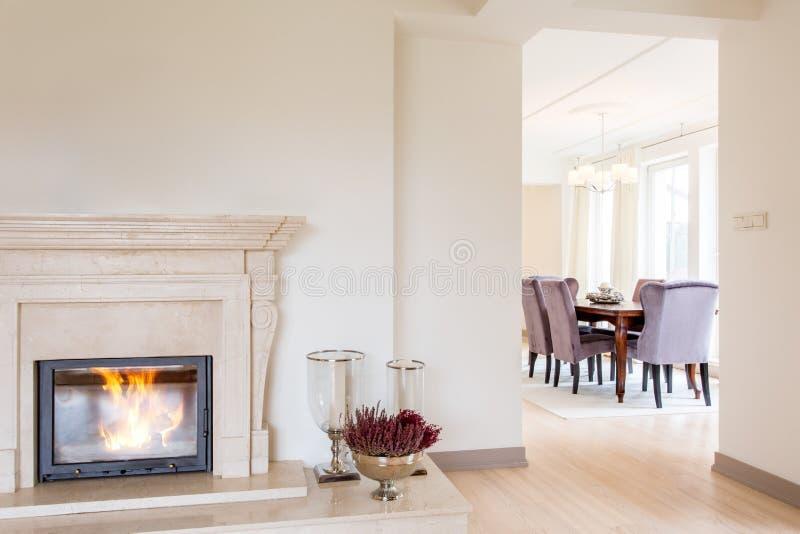 Pièce avec la cheminée de marbre photo libre de droits