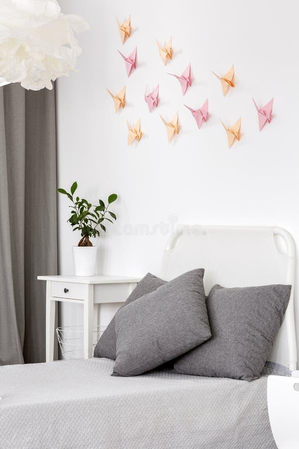 Pièce avec la décoration de papier d'origami photo stock