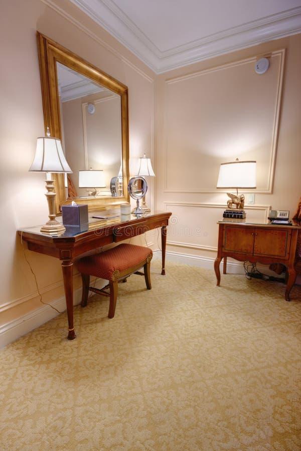 Pièce avec la table et le miroir de vanité photo stock