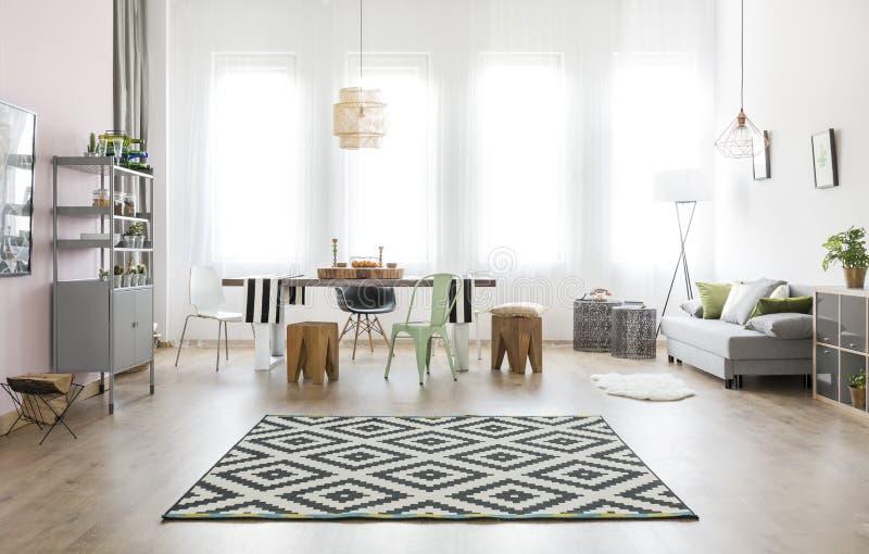 Pièce avec la table et le sofa photo libre de droits