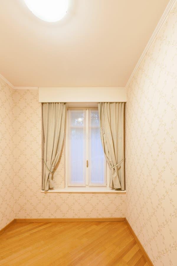 Pièce avec la tapisserie d'ameublement sur les murs photos libres de droits