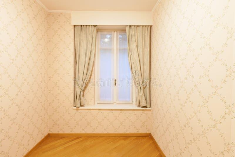 Pièce avec la tapisserie d'ameublement sur les murs images libres de droits