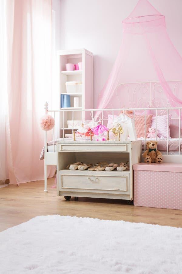 Pièce avec le lit conopy photos stock
