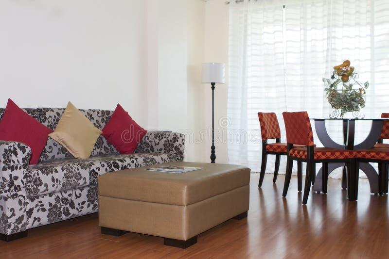 Pièce avec le sofa et la table photo libre de droits