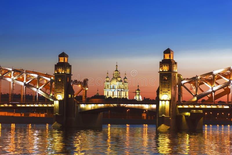 Pièce centrale de pont de Bolsheokhtinsky sur la rivière de Neva donnant sur la cathédrale de Smolny pendant les nuits blanches S photographie stock libre de droits