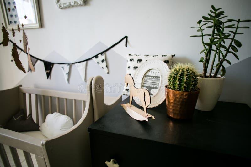 Pièce confortable de bébé avec le berceau de bébé, les jouets et d'autres détails décoratifs images libres de droits