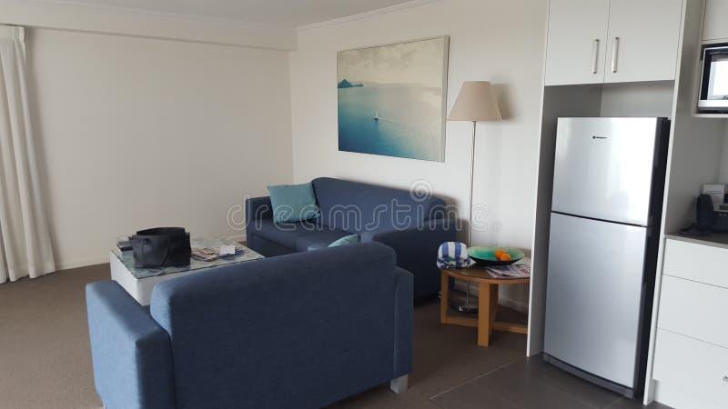 Pièce confortable de salon en mon appartement chez Alpha Sovereign Hotel, surfers du nord Paradise, Queensland, Australie photographie stock
