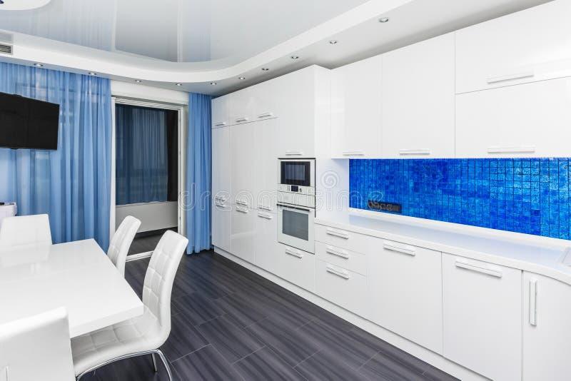 Pièce cuisine-dinante intérieure bleue blanche moderne photos stock