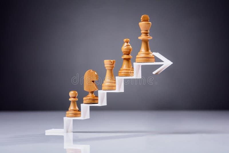 Pièce d'échecs en bois sur la flèche blanche photos stock