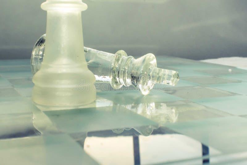 Pièce d'échecs en verre de roi tombée photos libres de droits