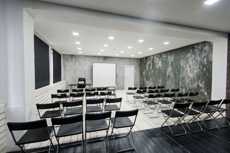 Pièce d'étude moderne de groupe d'université avec le bureau et les chaises blancs image stock
