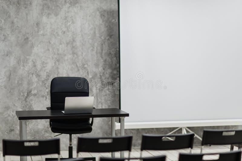 Pièce d'étude moderne de groupe d'université avec le bureau et les chaises blancs images libres de droits