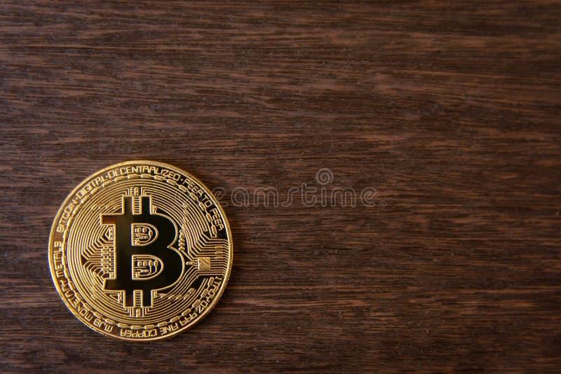 Pièce d'or de Bitcoin sur le fond en bois foncé avec l'espace de copie image stock