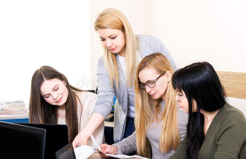 Pièce d'homme de femme de groupe de compagnon de classe d'espace de travail d'équipe d'informatique de table d'école de professeu images libres de droits