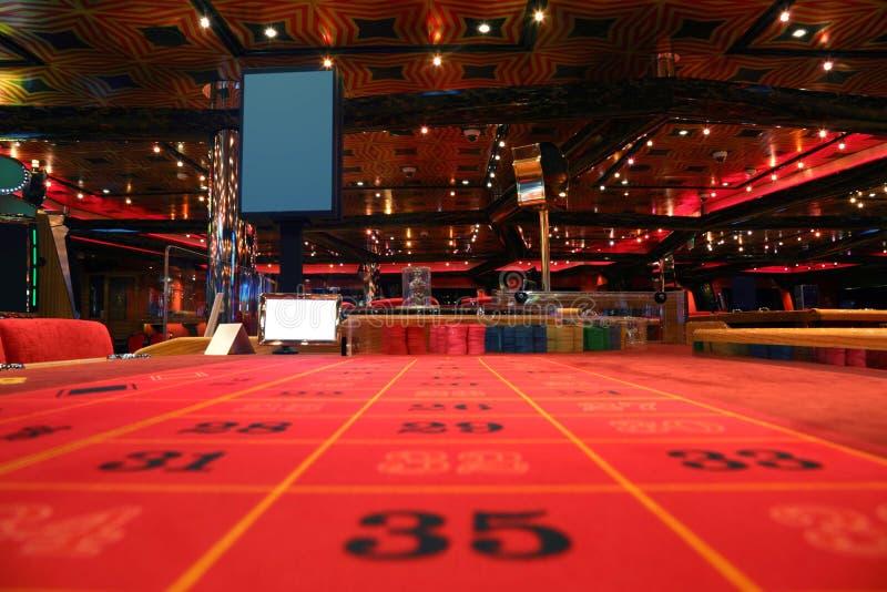 Pièce dans le casino avec la table pour le jeu de roulette photo stock