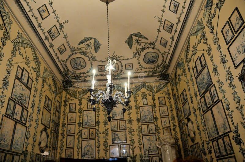 Pièce dans le palais de Vienne décoré des gravures images libres de droits