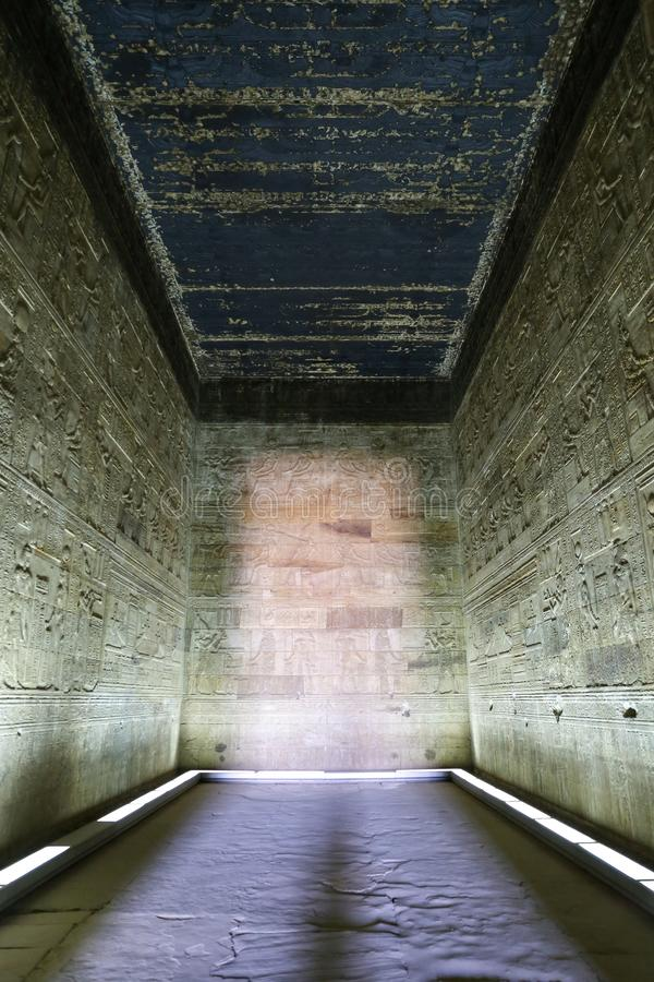 Pièce dans le temple de Denderah, Qena, Egypte photos libres de droits