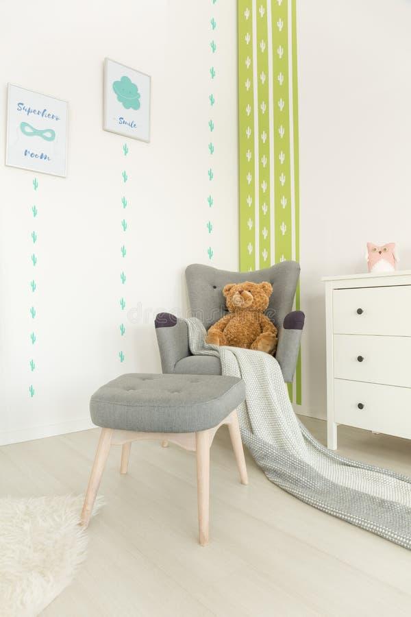 Pièce de bébé de Scandi avec le fauteuil image libre de droits