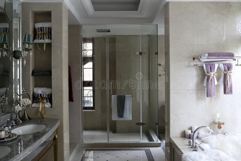 Pièce de bain de famille avec la décoration de fenêtre photos libres de droits