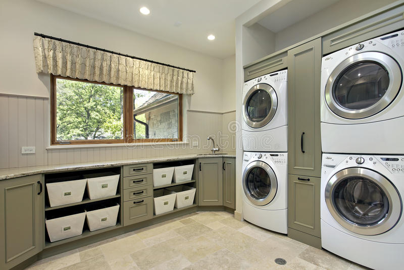 Pièce de blanchisserie dans la maison de luxe photo libre de droits