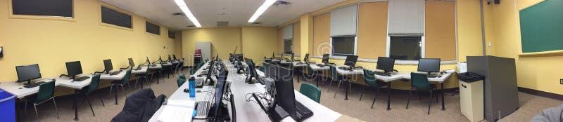 Pièce de classe d'école complètement de panorama d'ordinateurs image libre de droits