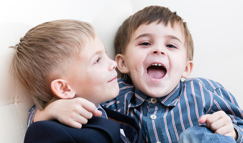 Pièce de deux frères photographie stock