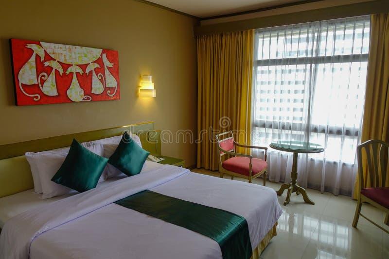 Pièce de double lit d'hôtel de luxe photo libre de droits