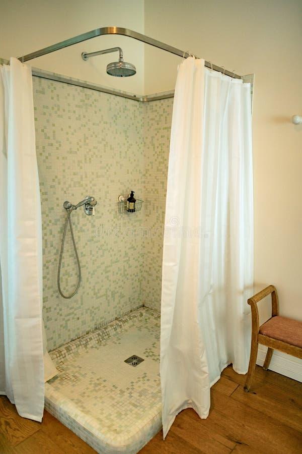 Pièce de douche avec des rideaux et des mosaïques photos libres de droits