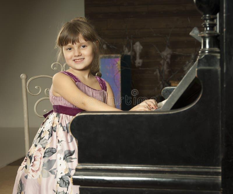 Pièce de fille le piano image libre de droits